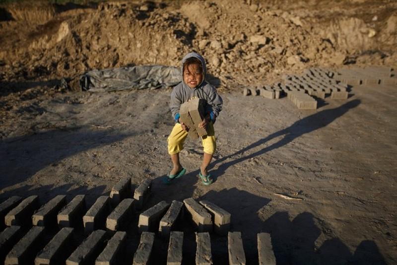 mt-em-b-afganistan-ang-xp-gch-ti-ngoi-herat.jpg