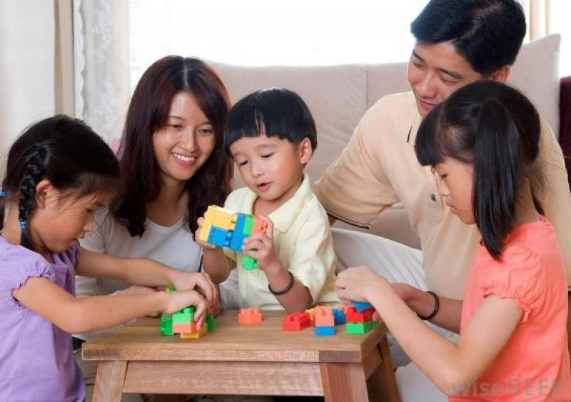 Chơi với con đúng cách để trẻ phát triển trí thông minh » Báo Phụ Nữ Việt Nam