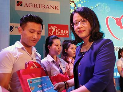 mrs-phuong-tang-ve-cho-cong-nhan.jpg