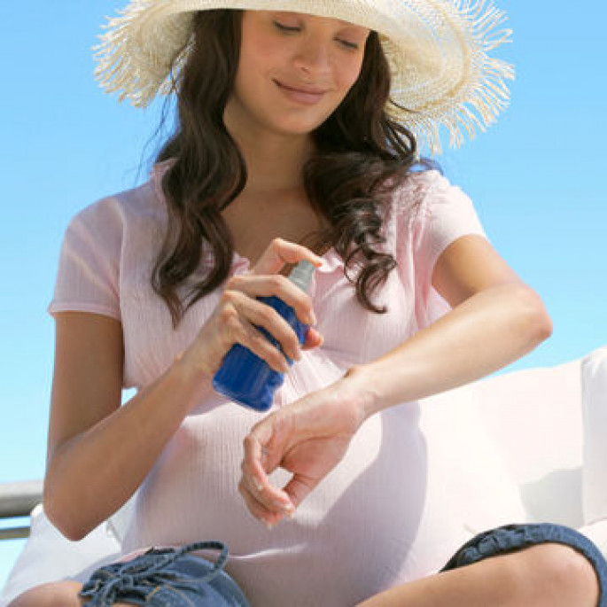 beautiful-pregnant-woman-wearing-straw-hat-applying-sunscreen_600x600_200451154-001_0.jpg