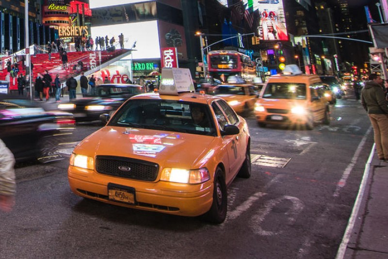cach-tu-ve-cua-chi-em-khi-di-taxi-dem-mot-minh-3.jpg
