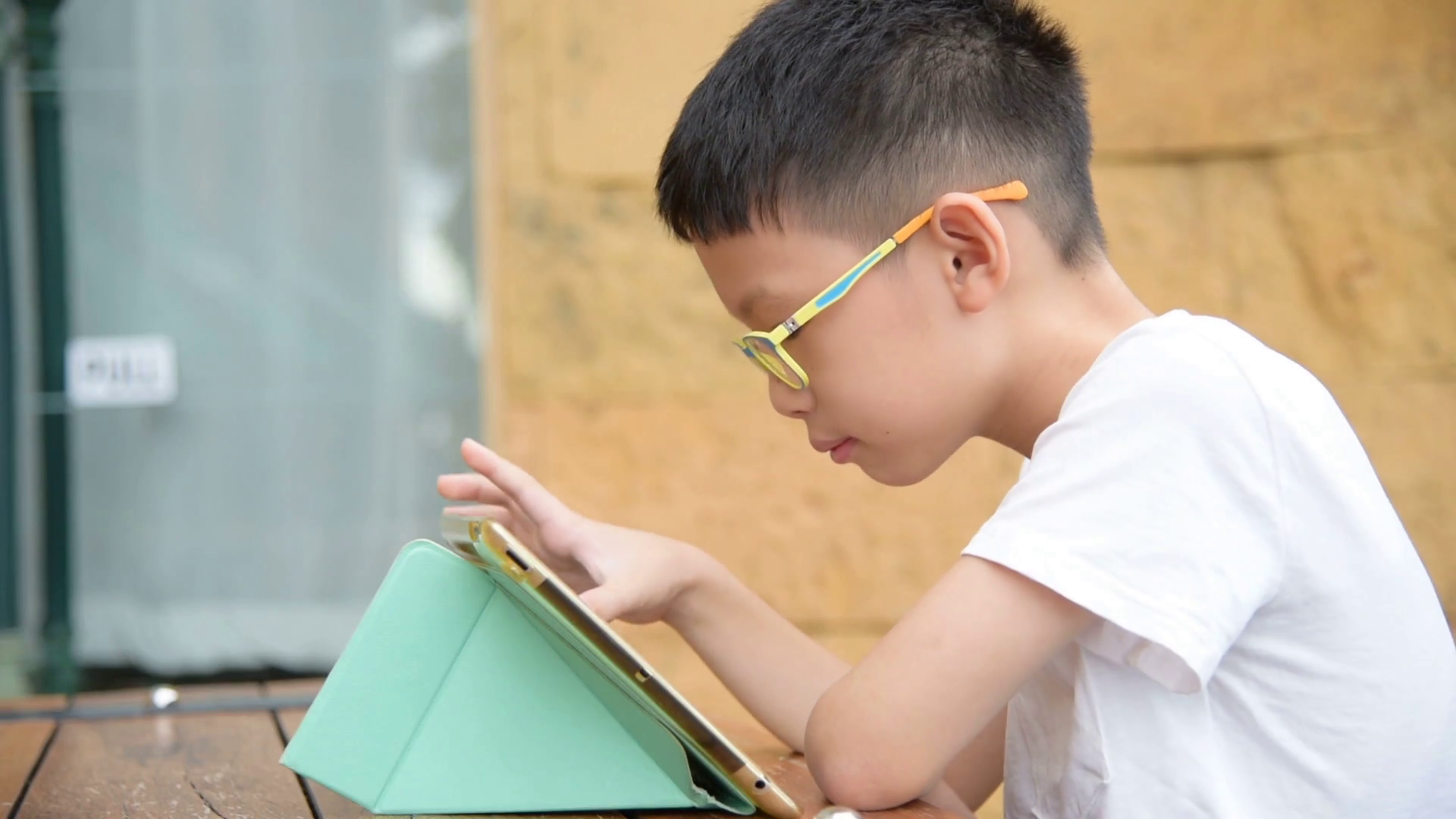 young-asian-boy-playing-games-on-tablet-computer_h5bwr783_thumbnail-full01.png