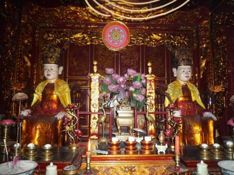 Tượng Hai Bà Trưng tại đền thờ Hai Bà Trưng (phường Đồng Nhân, Hà Nội)