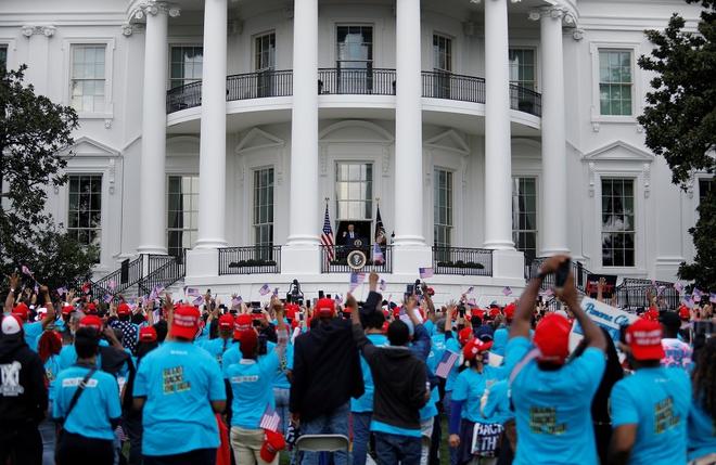 Tổng thống Trump xuất hiện trước công chúng lần đầu sau khi xuất viện - Ảnh 1.