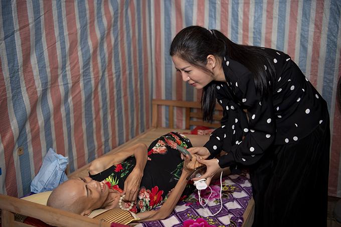 Đinh Hiền Anh hỗ trợ xóa nợ cho một bệnh nhân ung thư ở Nghệ An
