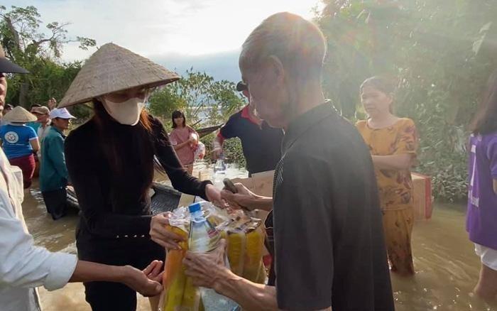 Thủy Tiên và đoàn cứu trợ trực tiếp trao quà, tiền mặt cho người dân vùng lũ miền Trung