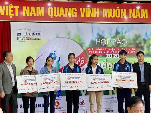 """Giải gôn từ thiện """"Vì trẻ em Việt Nam"""" trao học bổng toàn phần cho 2 nữ sinh  - Ảnh 1."""