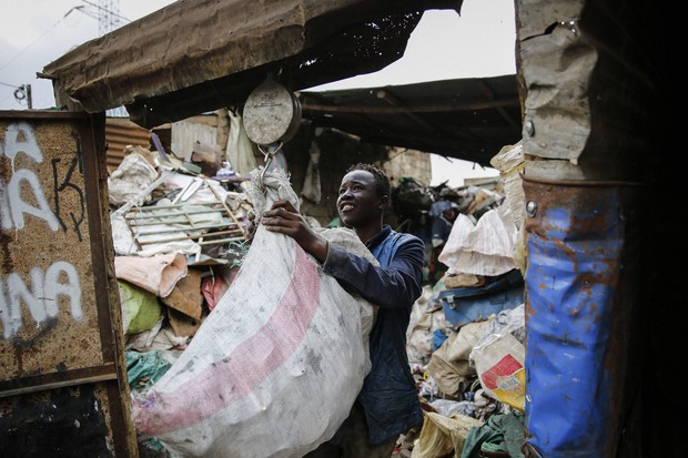 Nghẹn ngào trò đời ở Kenya: Trẻ em bán dâm, lao động vất vả để kiếm tiền do đại dịch - Ảnh 4.