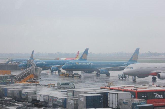 Đóng cửa 6 sân bay, huỷ hàng trăm chuyến bay vì siêu bão số 9 - Ảnh 1.