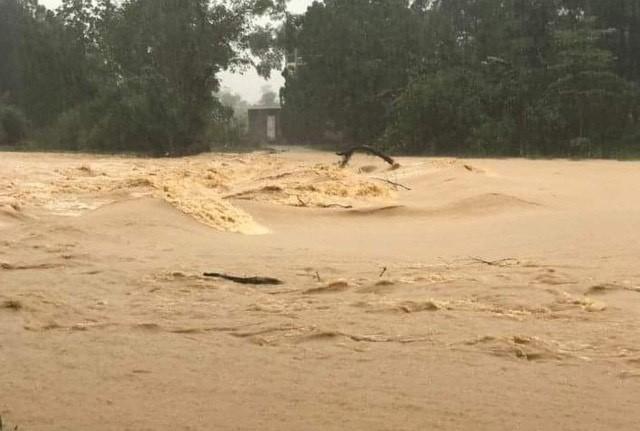 Nghệ An: Nước ngập tới mái nhà, nhiều xã bị cô lập hoàn toàn - Ảnh 1.