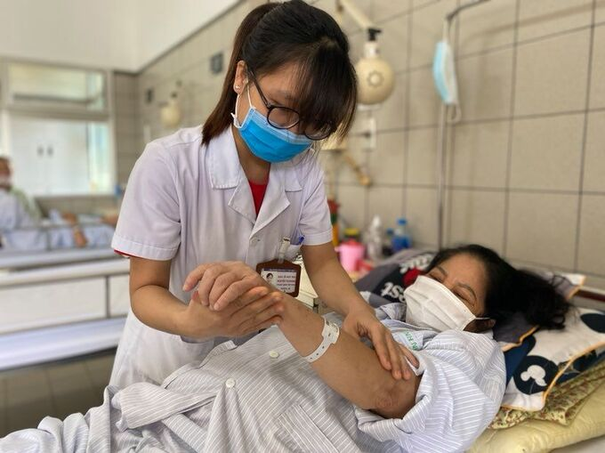 """Bác sĩ BV Bạch Mai: Corticoid không phải là """"thần dược"""", lạm dụng có thể gây suy tuyến thượng thận, loãng xương,... - Ảnh 2."""