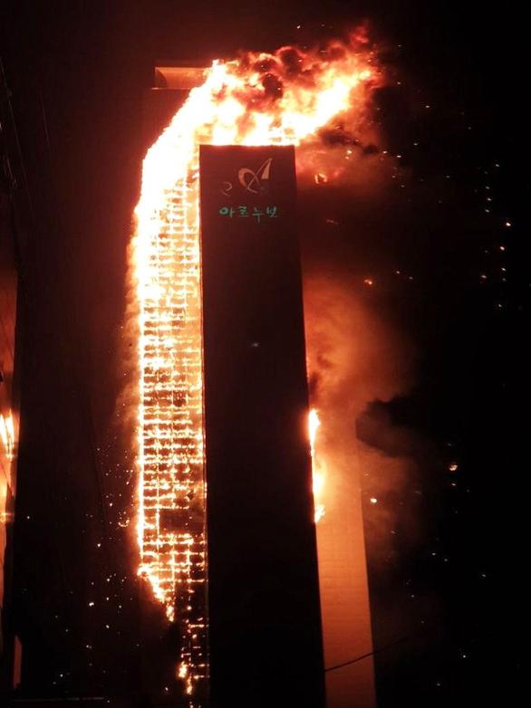 Hàn Quốc: Tòa nhà 33 tầng cháy suốt đêm, 88 người nhập viện - Ảnh 1.