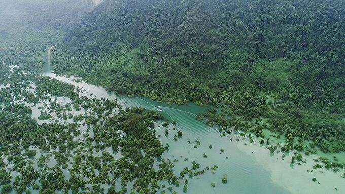Độc đáo: Tour du lịch vùng nước lũ và thăm bộ lạc bí hiểm nhất thế giới - Ảnh 1.