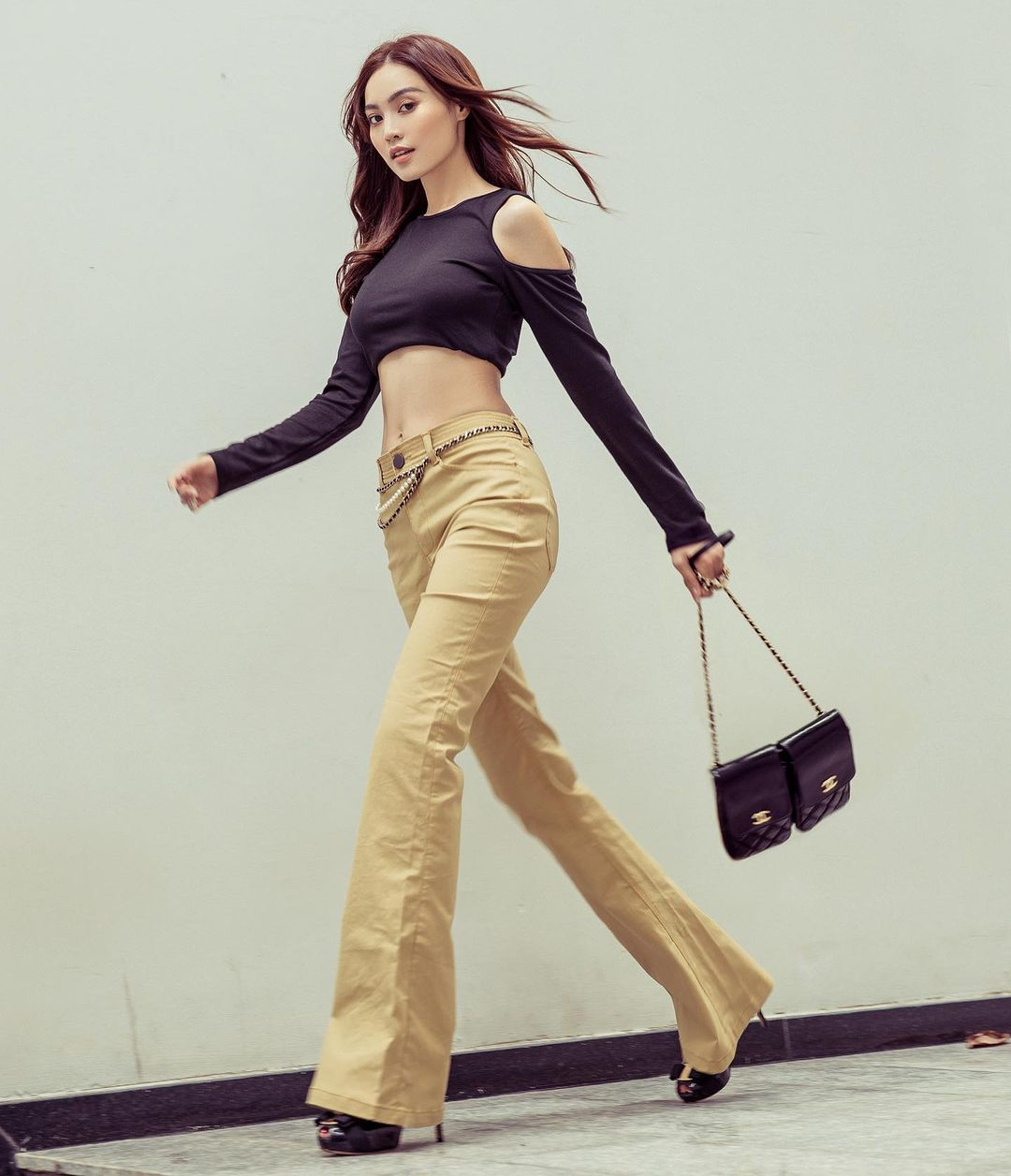 """Mỹ nhân Việt cực chuộng một combo quần dài   giày hack dáng siêu ảo, nàng nấm lùn áp dụng cũng thành """"chân dài tới nách"""" - Ảnh 1."""