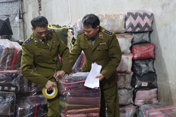 Phát hiện cơ sở gia công hơn 4000 chiếc áo len cũ để tung ra thị trường bàn - Ảnh 1.