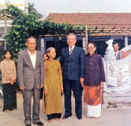 Nguyên Chủ tịch nước, Đại tướng Lê Đức Anh (thứ 2 từ phải sang) trong một lần về thăm quê nhà vào năm 2002 Ảnh: tư liệu