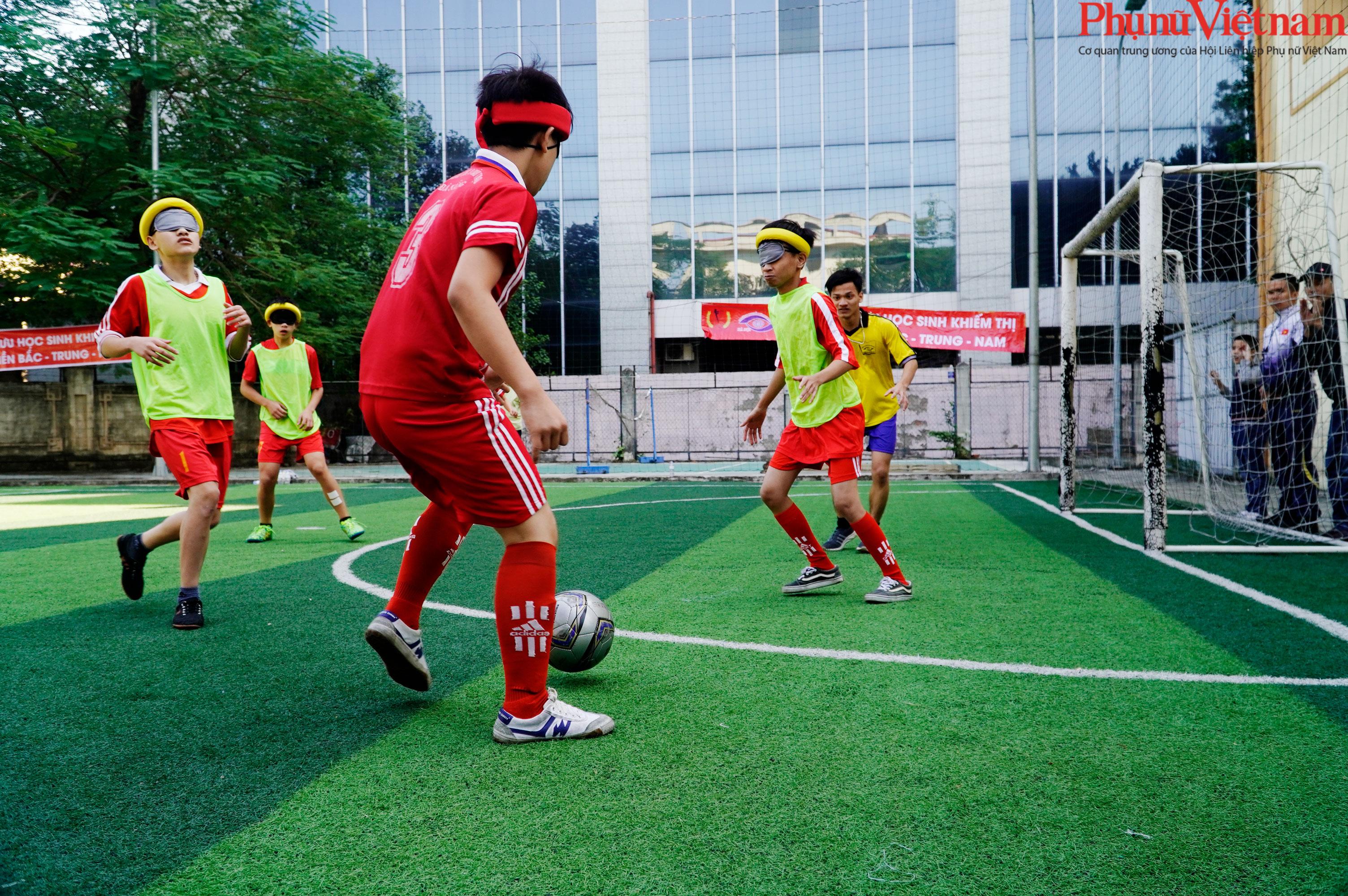 """Trận bóng đá đặc biệt của những đứa trẻ """"đá bóng bằng tai""""  - Ảnh 1."""