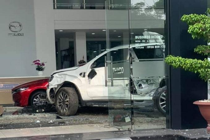 Nữ tài xế lao xe vào Showroom ô tô, 1 người thiệt mạng - Ảnh 2.