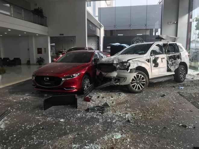 Nữ tài xế lao xe vào Showroom ô tô, 1 người thiệt mạng - Ảnh 1.
