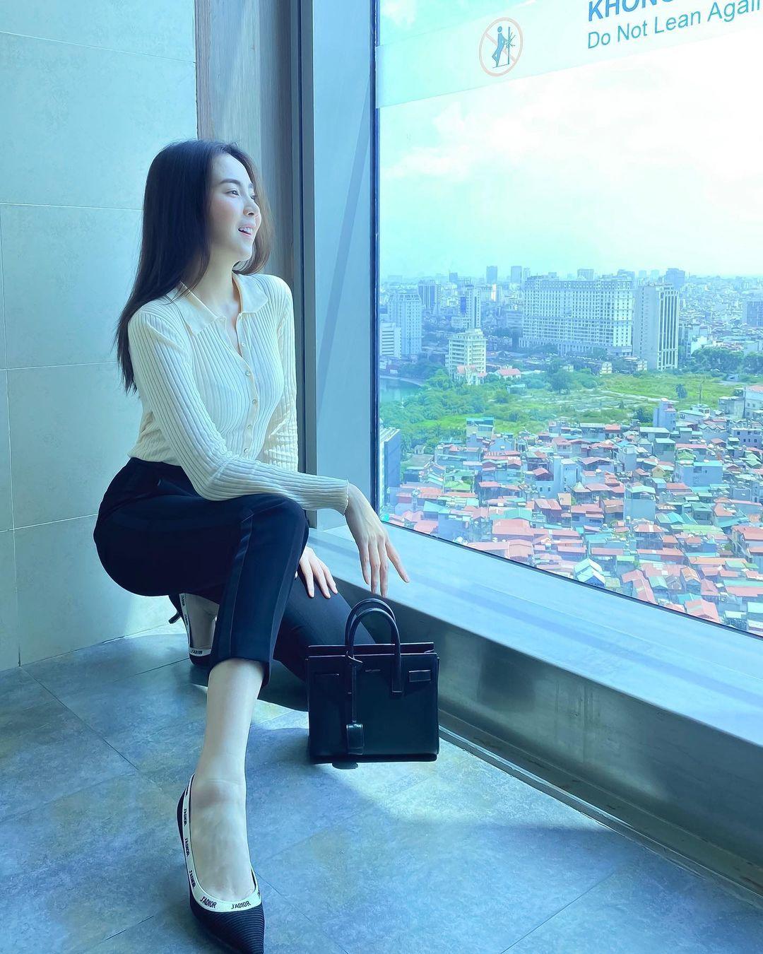 """Sao Việt diện áo trắng trong mùa lạnh: Nàng nào cũng trẻ hẳn ra, ghi điểm sành điệu """"dễ như chơi"""" - Ảnh 7."""