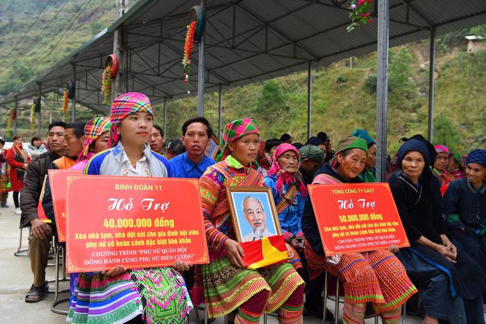 4 hộ phụ nữ có hoàn cảnh đặc biệt khó khăn tại xã Thèn Chu Phìn (Hoàng Su Phì, Hà giang) được trao và gắn biển Mái ấm tình thương. Ảnh: Lan Hương