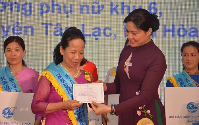 Chủ tịch Hội LHPN Việt Nam Hà Thị Nga trao danh hiệu Chi hội trưởng phụ nữ tiểu biểu toàn quốc năm 2020 cho bà Đỗ Thị Nhung (thị trấn Mãn Đức, Tân Lạc, Hòa Bình). Ảnh: Văn Long