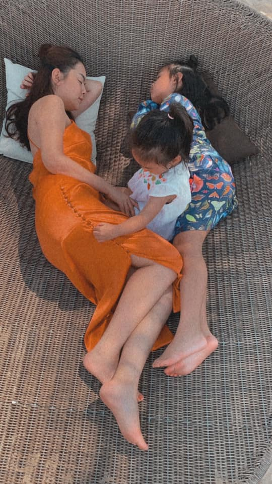 """Ra đường mặc trễ nải chứ về nhà, Phạm Quỳnh Anhchăm diện đầm suông theo kiểu """"mẹ nào con nấy"""" - Ảnh 12."""