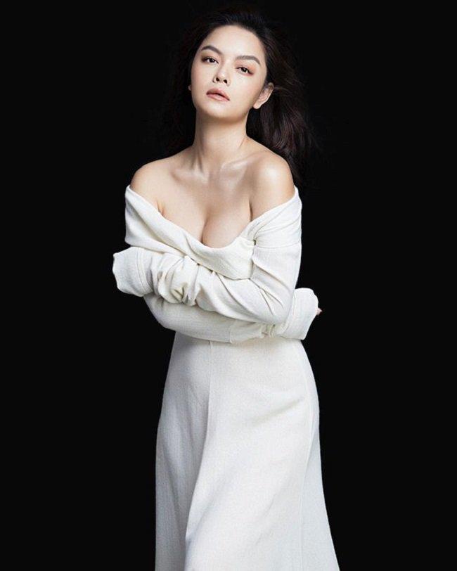 """Ra đường mặc trễ nải chứ về nhà, Phạm Quỳnh Anhchăm diện đầm suông theo kiểu """"mẹ nào con nấy"""" - Ảnh 3."""
