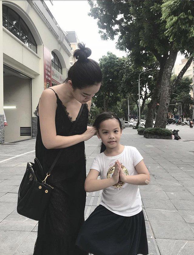 """Ra đường mặc trễ nải chứ về nhà, Phạm Quỳnh Anhchăm diện đầm suông theo kiểu """"mẹ nào con nấy"""" - Ảnh 10."""