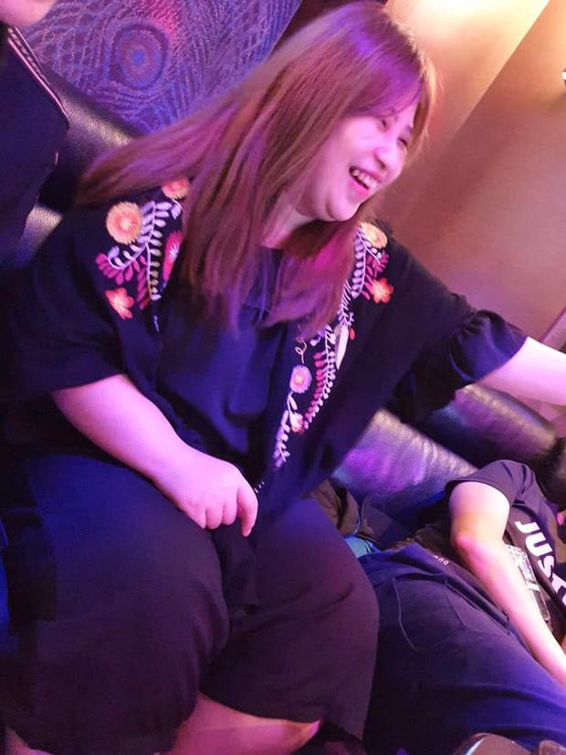 Đi hát karaoke nhân dịp gặp lại đám bán cũ lớp Đại học, anh chàng sốc nặng vì nhan sắc cô bạn ngoài đời so với ảnh đăng Facebook - Ảnh 2.