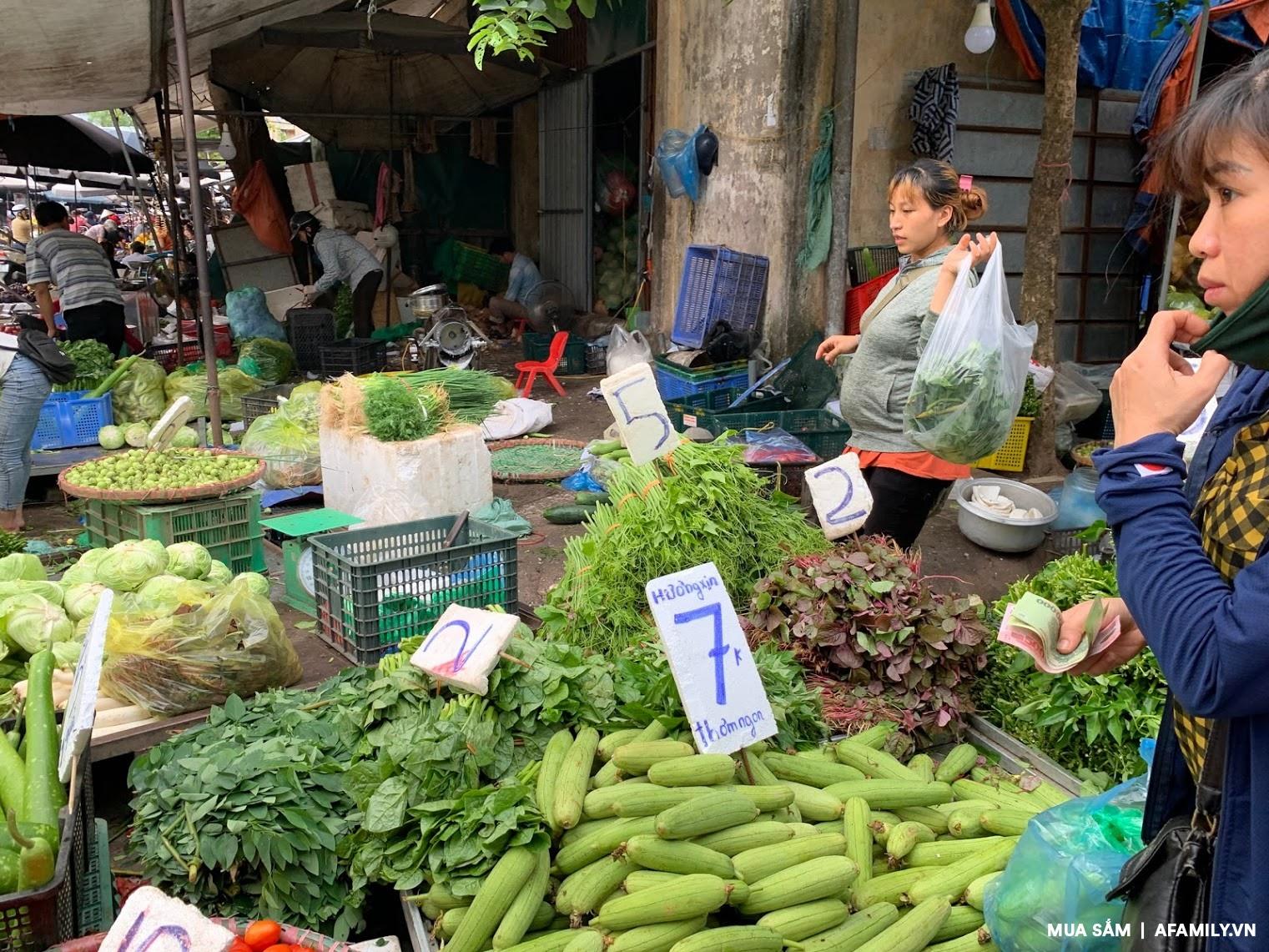 Đi chợ mấy ngày này cực đã, bà nội trợ cầm 10.000 đồng đủ rau xanh ăn cả ngày cho gia đình - Ảnh 2.