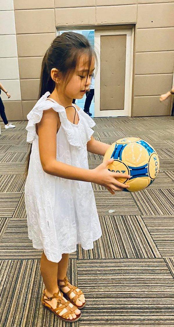 Mê phong cách của con gái Đoan Trang, các mẹ học ngay cách chọn đồ hè cho công chúa cưng - Ảnh 3.