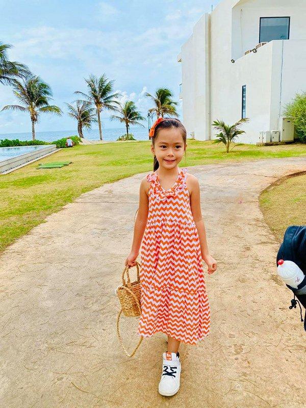 Mê phong cách của con gái Đoan Trang, các mẹ học ngay cách chọn đồ hè cho công chúa cưng - Ảnh 1.