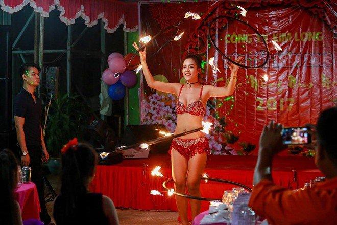 Góc khuất ít biết của nữ diễn viên múa lửa: Lý do phải mặc sexy, không dám yêu đương - Ảnh 3.