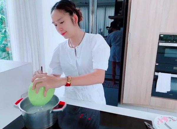 Nóng không ăn nổi cơm, vợ kém 17 tuổi vào bếp làm chè trứng và phản ứng của Lý Hải - Ảnh 5.
