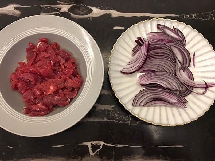 Bò xào hành tây ngon ngất ngây nhờ bỏ thêm loại gia vị bán đầy siêu thịt này - Ảnh 1.