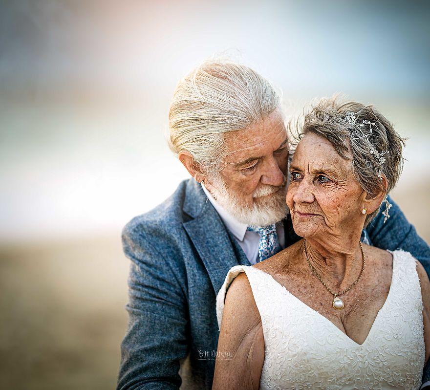 """Bộ ảnh cưới độc đáo khiến lớp trẻ phải """"chạy dài mới kịp"""" của cặp vợ chồng đã đi qua mọi bão giông của cuộc đời - Ảnh 2."""