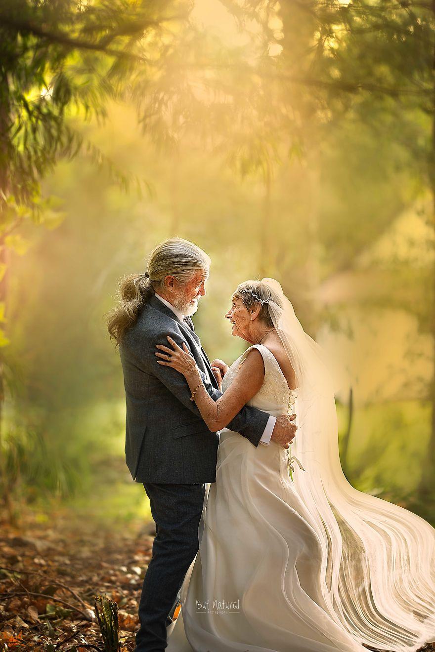 """Bộ ảnh cưới độc đáo khiến lớp trẻ phải """"chạy dài mới kịp"""" của cặp vợ chồng đã đi qua mọi bão giông của cuộc đời - Ảnh 1."""