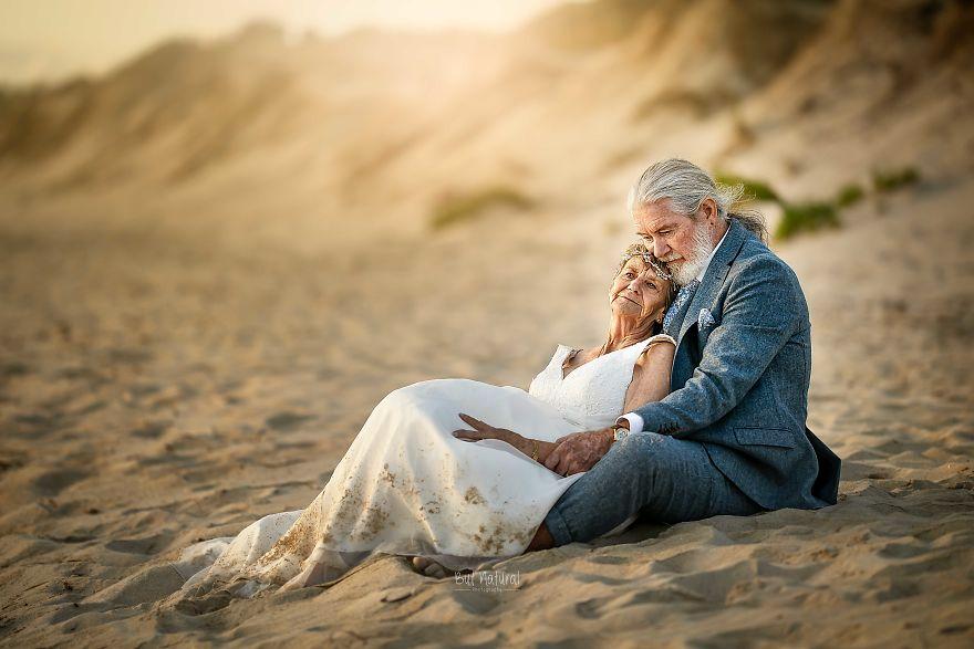 """Bộ ảnh cưới độc đáo khiến lớp trẻ phải """"chạy dài mới kịp"""" của cặp vợ chồng đã đi qua mọi bão giông của cuộc đời - Ảnh 3."""
