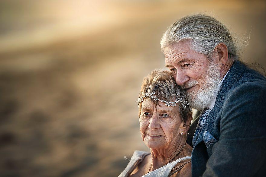 """Bộ ảnh cưới độc đáo khiến lớp trẻ phải """"chạy dài mới kịp"""" của cặp vợ chồng đã đi qua mọi bão giông của cuộc đời - Ảnh 4."""