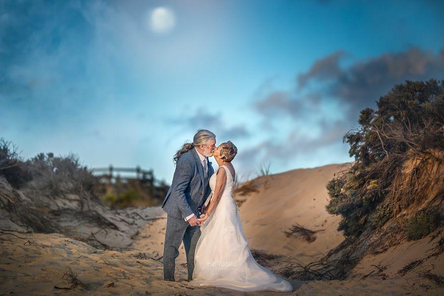 """Bộ ảnh cưới độc đáo khiến lớp trẻ phải """"chạy dài mới kịp"""" của cặp vợ chồng đã đi qua mọi bão giông của cuộc đời - Ảnh 6."""