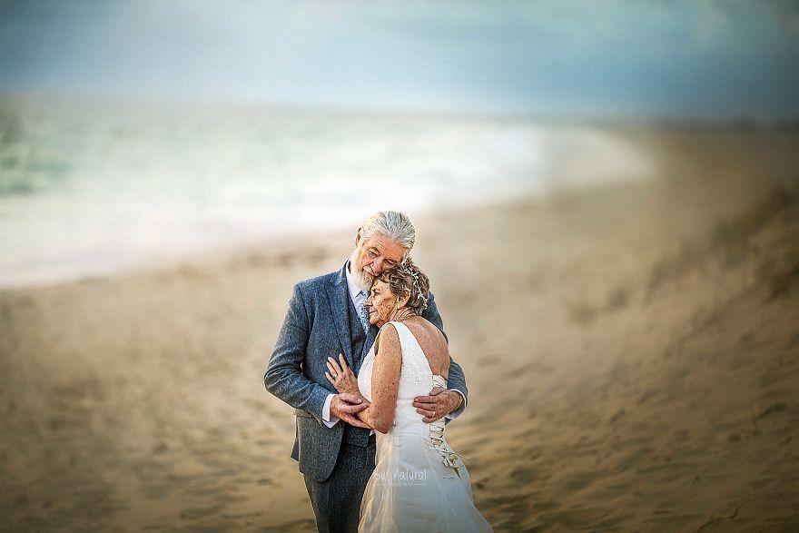"""Bộ ảnh cưới độc đáo khiến lớp trẻ phải """"chạy dài mới kịp"""" của cặp vợ chồng đã đi qua mọi bão giông của cuộc đời - Ảnh 8."""