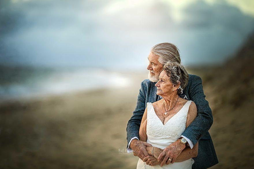 """Bộ ảnh cưới độc đáo khiến lớp trẻ phải """"chạy dài mới kịp"""" của cặp vợ chồng đã đi qua mọi bão giông của cuộc đời - Ảnh 9."""