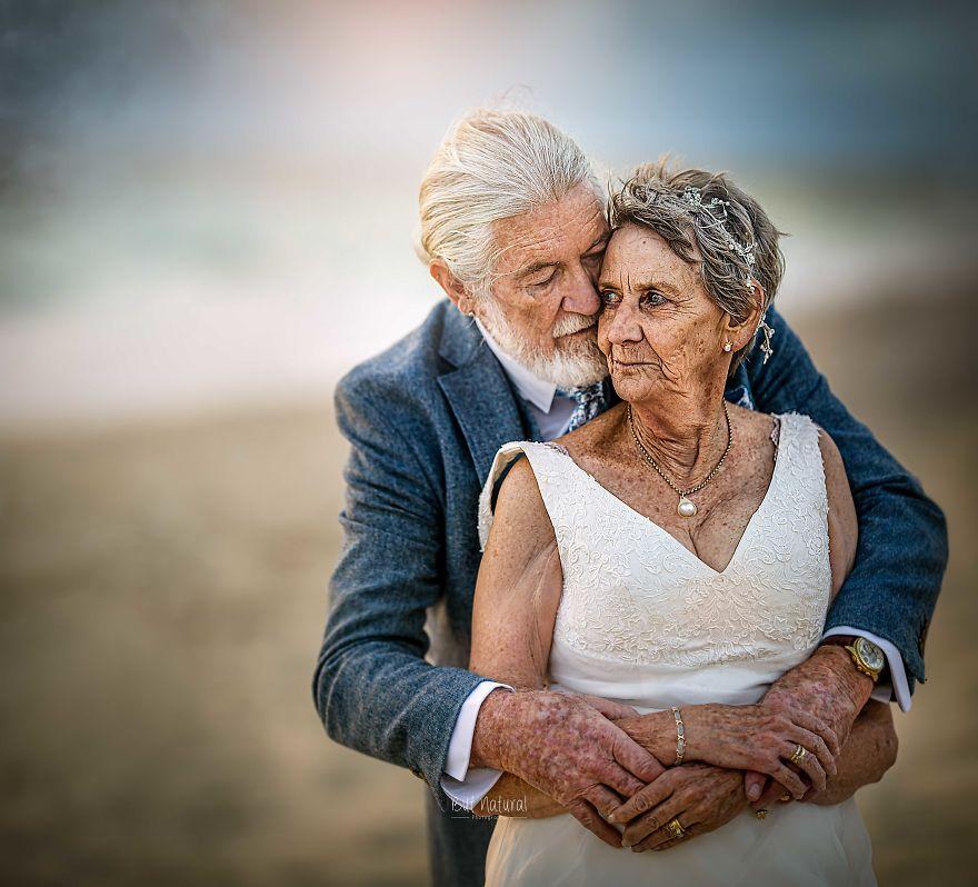 """Bộ ảnh cưới độc đáo khiến lớp trẻ phải """"chạy dài mới kịp"""" của cặp vợ chồng đã đi qua mọi bão giông của cuộc đời - Ảnh 10."""