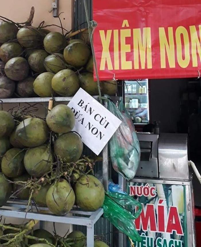 """""""Hốt bạc"""" ngày nắng nóng gay gắt 40 độ nhờ bán các loại nước ép trái cây, sữa hạt và bán dừa xiêm vỉa hè - Ảnh 5."""