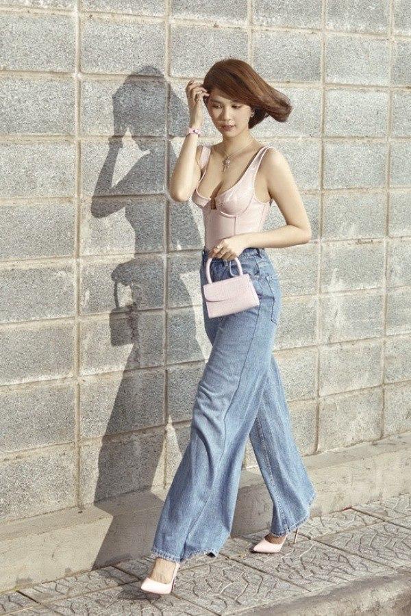 Cùng diện quần jeans đục lỗ, Mỹ Tâm sang bao nhiêu, Ngọc Trinh lại sến bấy nhiêu - Ảnh 3.