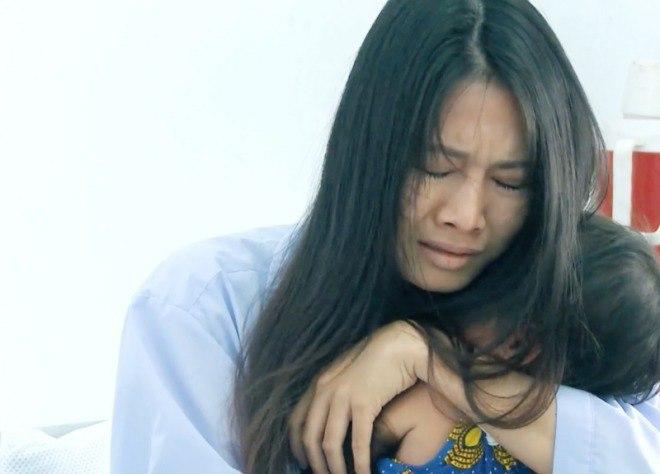 Rating lọt top đầu cả nước, Mẹ Ghẻ lại gây tranh cãi  vì chuyện cứu con riêng trước con ruột - Ảnh 7.