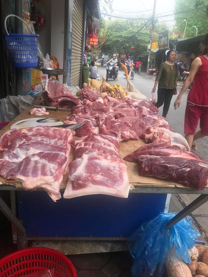 Giá thịt lợn tăng cao, bà nội trợ đi chợ phải thuộc lòng 4 điểm sau để nhận biết rõ thịt lợn sạch và thịt lợn nuôi công nghiệp - Ảnh 1.