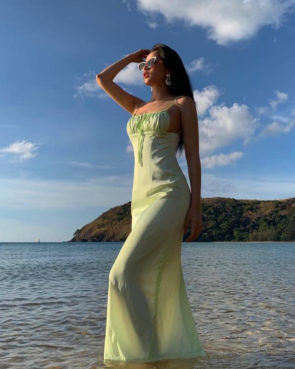 Chẳng cần bikini khoe da thịt, Chi Pu vẫn gợi cảm với đường cong lấp ló nhờ kiểu váy này - Ảnh 2.