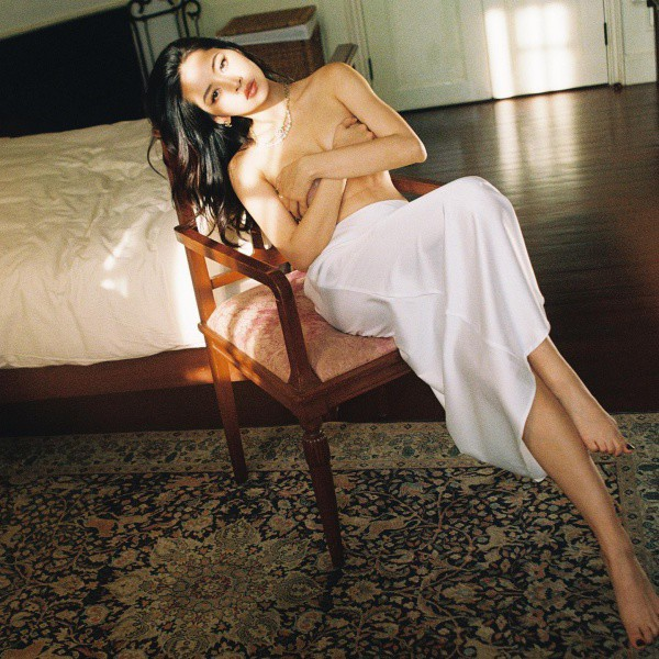 Chẳng cần bikini khoe da thịt, Chi Pu vẫn gợi cảm với đường cong lấp ló nhờ kiểu váy này - Ảnh 4.